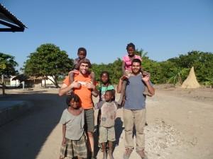 O Rui e o Ricardo numa comunidade isolada de Moçambique